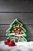 Lebkuchenweihnachtsbaum-Weihnachtsbirnen gegen hölzernen Hintergrund