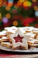 Teller mit Weihnachtsplätzchen unter Lichtern
