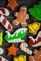 Weihnachtsplätzchen auf rustikalem hölzernem Hintergrund