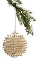 weiße Weihnachtsdekoration, die vom Zweig hängt