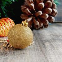 Weihnachtsschmuck auf einem Hintergrund von Bäumen und Zapfen