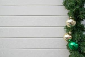 geschmückter Weihnachtsbaum auf Holzwandhintergrund foto