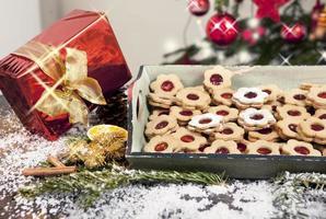 Weihnachtsgeschenk und Kekse