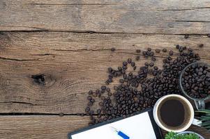 Kaffeetassen, Kaffeebohnen und ein Rekordbuch