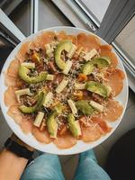 Avocado mit Fleisch- und Käsegericht
