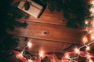 Geschenkbox und Pelzbaum auf hölzernem Hintergrund