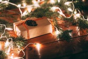 Geschenkbox und Pelzbaum auf hölzernem Hintergrund foto