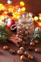 Winterdekoration Gewürze Zimt Weihnachtsbaum Nüsse Lichter