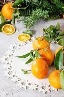 Mandarinen in Weihnachtsdekoration