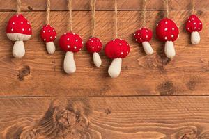 Weihnachtsdekoration - Pilze auf hölzernem Hintergrund