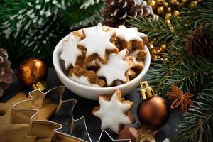 Weihnachtsplätzchen in Form von Sternen