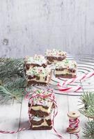 Weihnachts-Brownies mit Schokolade und Frischkäse foto