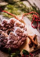 Weihnachtskuchen auf hölzernem Hintergrund