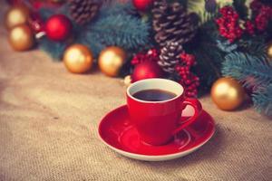Tasse Kaffee und Weihnachtsgeschenke.