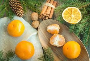 Weihnachtsstillleben mit Mandarinen und Zimt. Draufsicht.