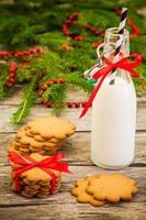 Weihnachtslebkuchenplätzchen auf einem rustikalen hölzernen Hintergrund mit