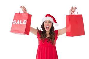 Brünette zeigt Verkauf und Einkaufstasche