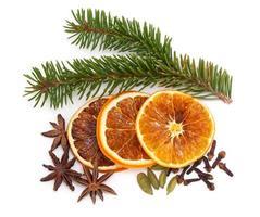 Weihnachtsfrüchte und Gewürze foto