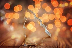 metallische Formen zur Herstellung von Weihnachtsplätzchen auf Holzba foto