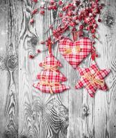 handgemachte traditionelle Weihnachtsdekoration auf Holz