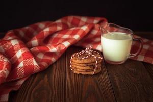 Kekse und Milch, Baum, Weihnachtskonzept, hölzerner Hintergrund