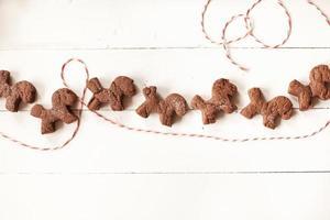 hausgemachte Schokoladenkekse auf Tisch mit Fäden