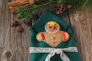 Lebkuchenmann auf Weihnachtsgewürzen, Zimt, Anis foto