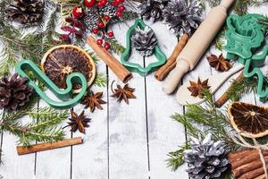 Weihnachtsstillleben mit traditionellen Keksen auf Holz