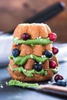 Weihnachtsbaum aus Kuchen, Früchten und Zuckerguss
