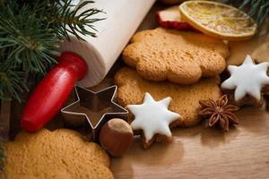 verschiedene Weihnachtsplätzchen, Gewürze auf Holzbrett