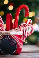 Zuckerstangen in einem Korb auf Weihnachtshintergrund