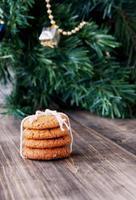 Kekse auf einem Hintergrund von Weihnachtsspielzeug und -bäumen, selektiv