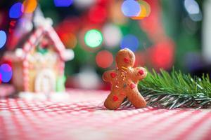 Lebkuchenmann Hintergrund Süßigkeiten Ingwer Haus und Weihnachtsbaum Lichter