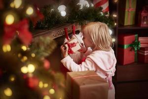 Endlich kann sie ihre Geschenke auspacken