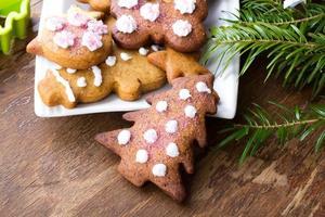 bunte Weihnachtslebkuchenplätzchen auf hölzernem Hintergrund