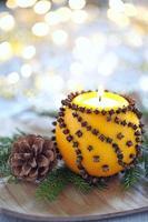 aromatische Weihnachtsorange mit Kerze
