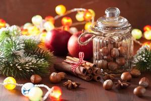 Winterdekoration Gewürze Zimt Weihnachtsbaum Nüsse