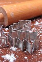 Ausstechformen, Nudelholz auf Teig für Kekse und Lebkuchen