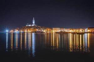 schöne Rovinj in der Nacht