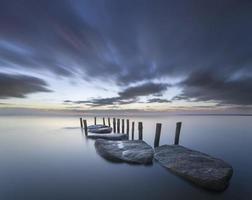 kamienna przystań na morzu foto