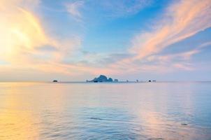 Sonnenaufgang mit Meer und Inseln bei Aonang, Krabi
