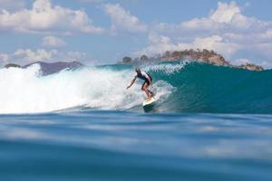 eine Welle surfen.
