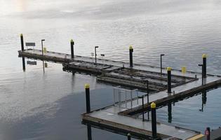Dock im Hafen in einer Zick-Zack-Form