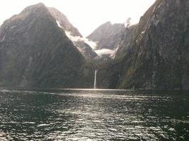 Wasserfall im Fjord foto