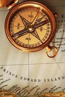 antiker Messingkompass über alter kanadischer Karte
