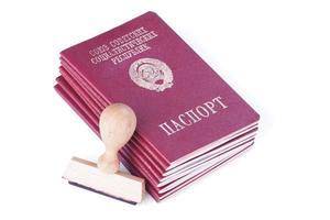 Stapel von Pässen der Sowjetunion und Stempel für Visa