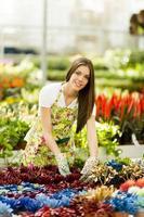 junge Frau im Blumengarten foto