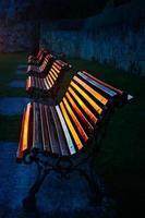 Bänke bei Sonnenuntergang reflektieren Sonnenlicht foto
