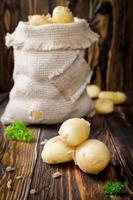 junge Kartoffeln in einem Sack foto