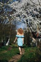 schönes Mädchen folgt einer Landstraße foto